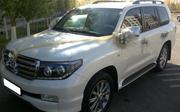 Элитный автомобиль Toyota Land Cruiser 200 белого/черного цвета с води