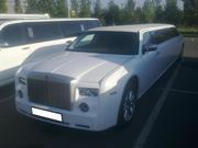 Элитный лимузин Chrysler 300C (Rolls-Royce) белого цвета с водителем.